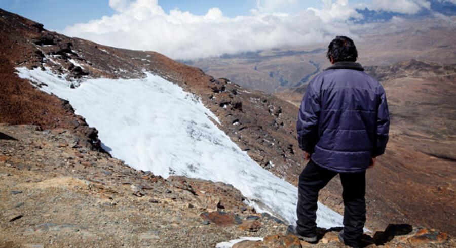 Helt oppe lige under Chacaltayas andet og højeste punkt er der stadig en ganske lille plet gletscher. Det er her Samuel Mendoza en gang imellem står på ski med sine drenge. Det bliver dog sjældent til mere end to ture, for uden en lift er det voldsomt anstrengende at gå op stejlt opad i 5.300 meters højde.