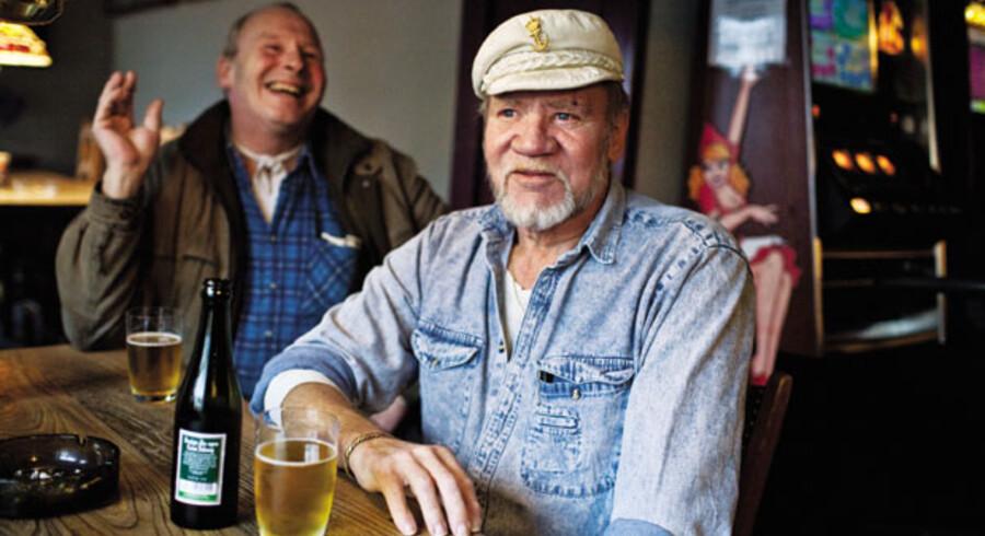 På Amanda-bar i Kerteminde glæder flere af stamgæsterne sig over det gode valg for den røde fløj. Med hatten ses pensioneret sømand Thorvald Løkke.
