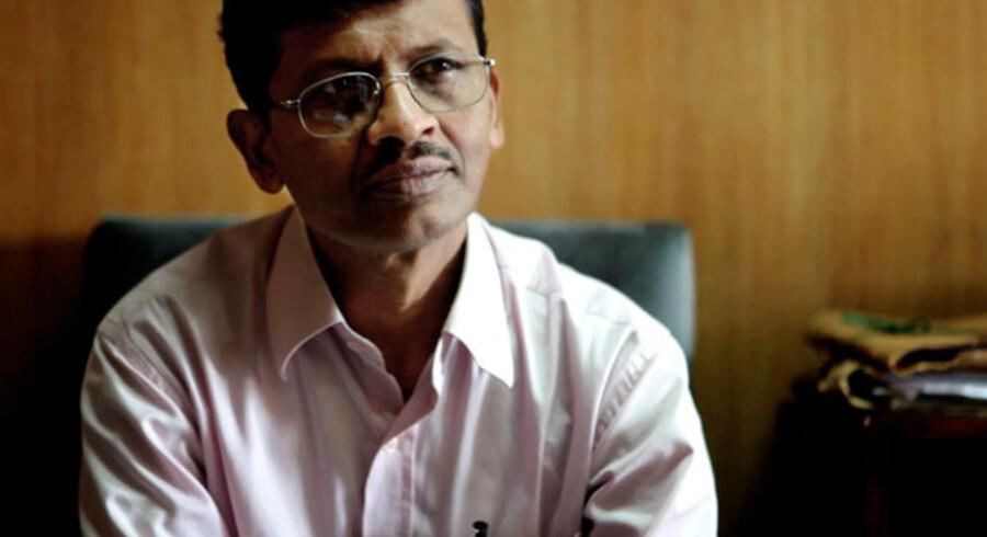 Departementschef i Miljøministeriet i Bangladesh, Mihir Kanti Majumder, må ikke længere gå med jakkesæt.  Det er blevet forbudt for at spare på strømmen.