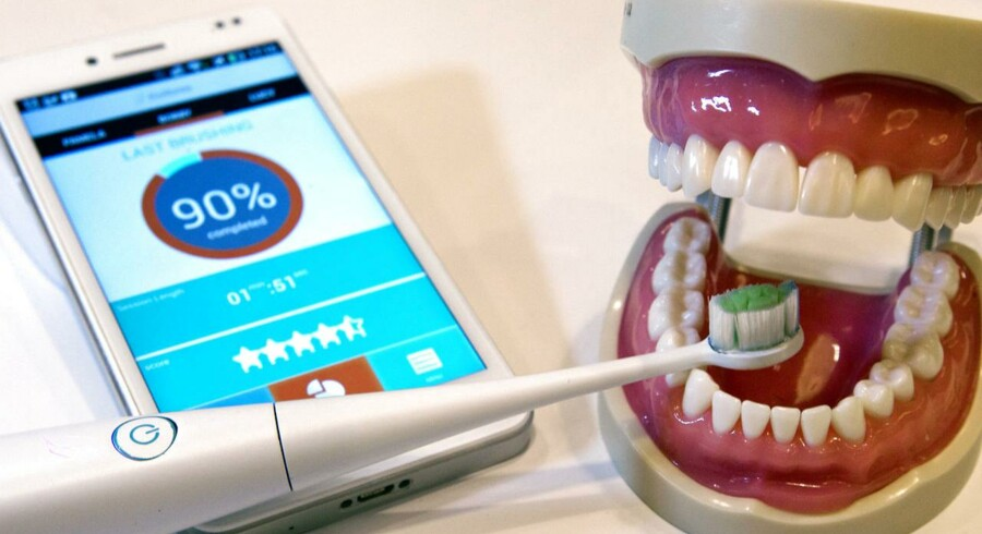 Jamen, naturligvis kan også tandbørsten kobles til mobiltelefonen! Franske Kolibree står bag denne tandbørste, som har indbygget accelerometer, gyroskop og magnetometer og dermed kan aflæse, hvor godt tænderne bliver børstet. Oplysningerne sendes via den trådløse Bluetooth-radioforbindelse til mobiltelefonen, så man dagligt kan forbedre sin rekord. Pris: 99-199 dollars. Premiere: 3. kvartal 2014. Foto: Steve Marcus, Reuters/Scanpix