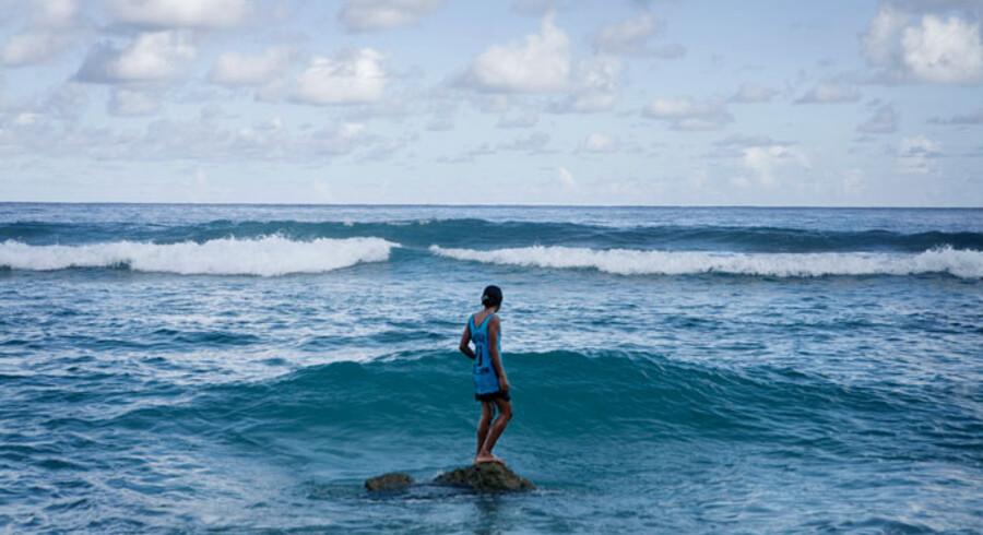 Setis ældste datter, Amelita, har været ude og lege i havet, som hun gør flere gange dagligt med sine søskende. Bølgerne kan blive ret voldsomme ud for atollen, især når det er højvande.