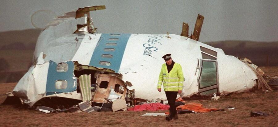Den 21. december 1988 styrtede Pan Am Flight 103 ned over den skotske by Lockerbie. Alle 259 passagerer og flybesætning døde og dertil 11 på jorden. 25 år senere i december 2013 peger en ny kilde på, at den palæstinensiske gruppe PFLP-GC stod bag. Se billederne fra Lockerbie-sagen her.