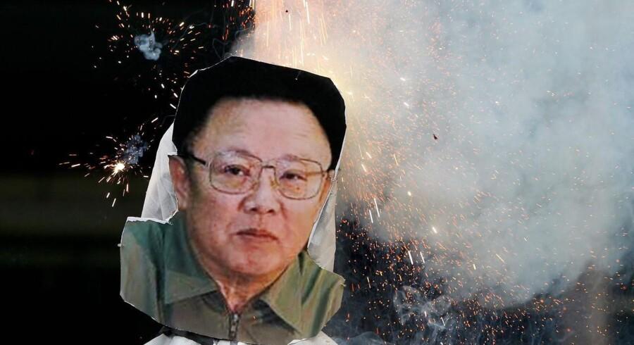 Sydkoreanske demonstranter brænder billeder af Kim Jong Un, Nordkoreas leder, af. Også den tidligere leder, Kim Il-Sung, fik sit portrætbillede brændt af.