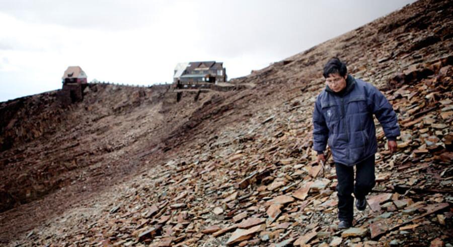 Samuel Mendoza synes det er trist, at hans gamle ven, Chacaltay-gletscheren er væk. Det eneste der er tilbage ude på det, der engang var en skipiste, er en rusten stålwire fra den ødelagte skilift og en hel masse skiffersten, der gør det farligt at gå rundt.