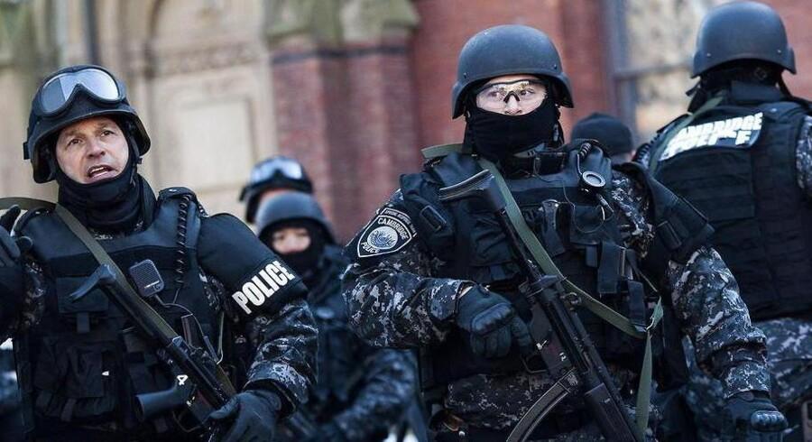 Politiet har ikke fundet beviser på, at der skulle være sprængstoffer på Harvard, og de studerende er vendt retur til undervisningslokalerne.