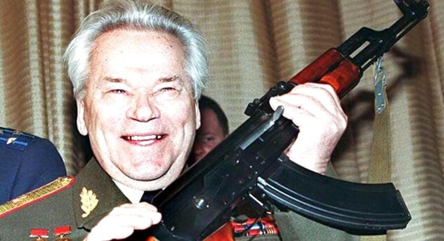 Mikhail Kalashnikov med sin riffel: AK 47.