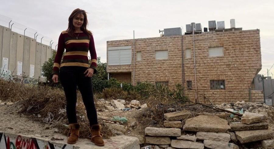 Claire Bandak Anastas' hjem er omgivet på tre sider af den israelske mur. Foto: Lazar Simeonov