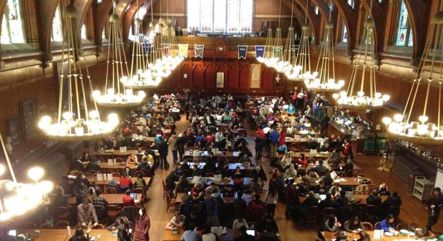 Studenter samlet i en hall efter at være evakueret fra andre bygninger på Harvard University i Cambridge, Massachusetts.