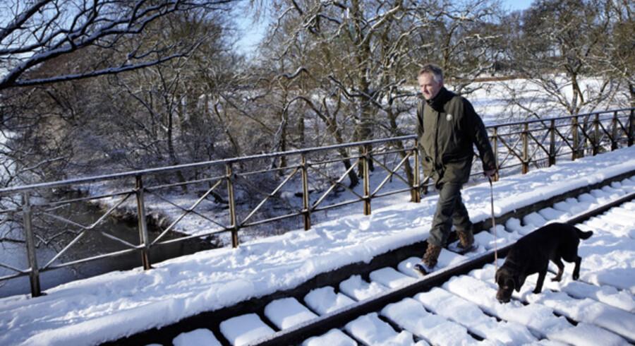 Skovfoged Anders Walther Hansen fra Naturstyrelsen skridter et nedlagt banespor af over Susåen i Næstved. Snart en ny grøn sti som i øjeblikket er hvid.