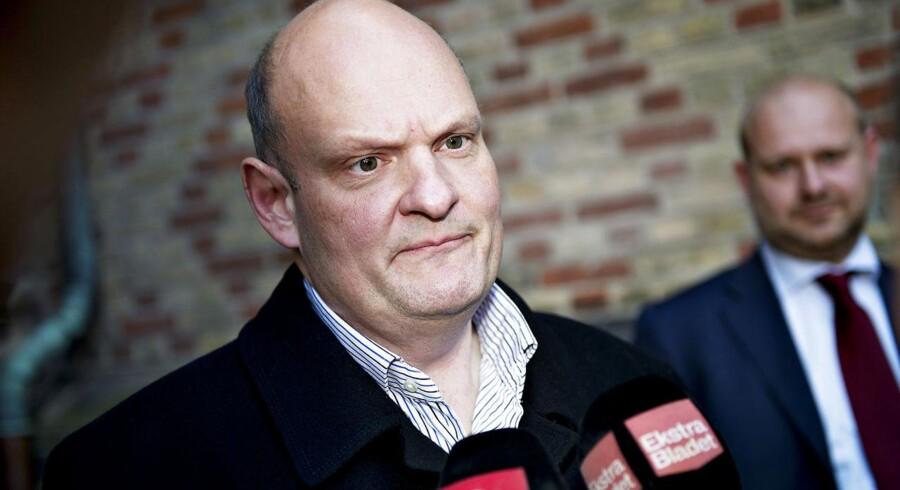 Mens anklagemyndigheden hos Nordsjællands Politi efterforsker sagen om stråmandsvirksomhed bag tremmer, er Erik Skov Pedersen blevet forflyttet til Vridseløslille.