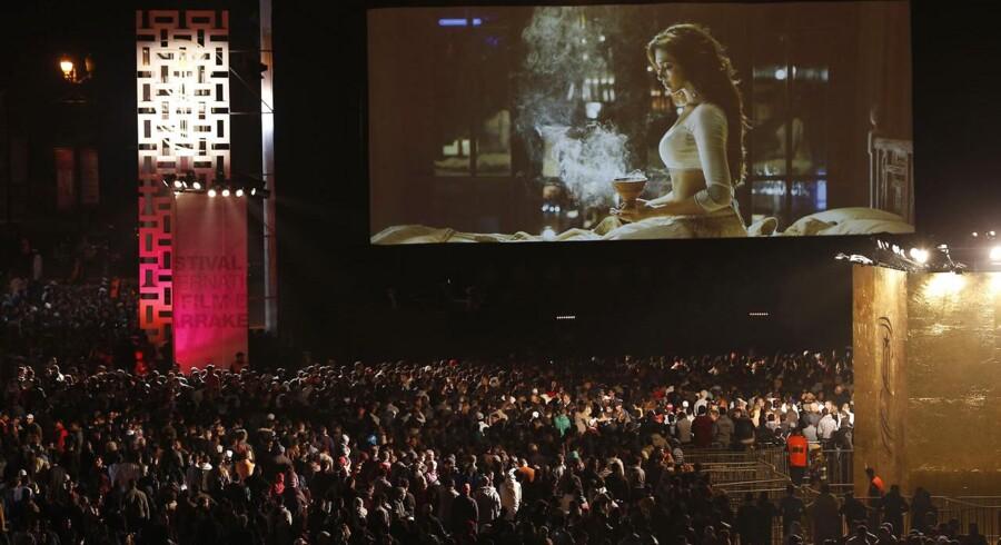 Marokkanerne møder talstærkt frem til open air-forevisningerne på den årlige internationale filmfestival i Marrakech, der gennem tretten år været et unikt mødepunkt for udveksling af filmkunst fra Europa, Asien, USA og Afrika. I år spiller de nordiske film en særlig rolle på festivalen, der dog åbnede med en dampende erotisk Bollywood-film.