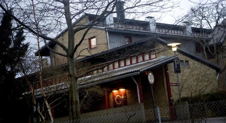 En mandlig beboer på bostedet Ringbo har erkendt at have knivdræbt en kvindelig ansat.