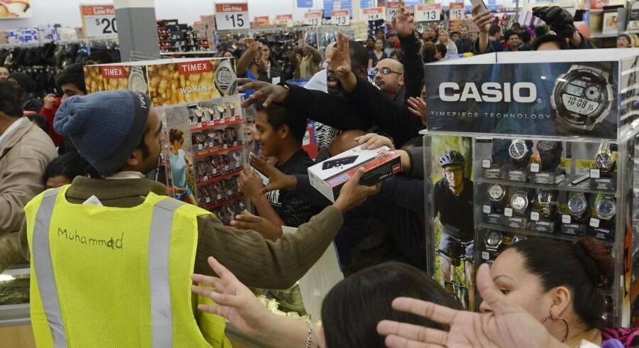 Traditionelt har butikker i hele USA åbnet med vilde tilbud fredagen efter Thanksgiving, også kaldet »Black Friday«, men i år tyvstartede flere butikker allerede på Thanksgiving-dag.