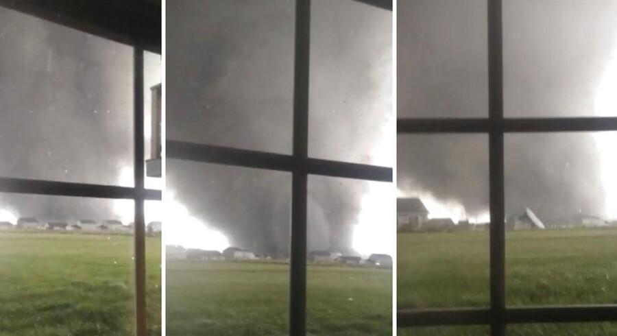 Sådan så én af dødstornadoerne ud igennem vinduet hjemme hos Anthony Khoury i byen Washington, Illinois - Godt 230 kilomer sydvest for Chicago. Klik videre for at se, hvor meget, der var tilbage af byen efter stormen.