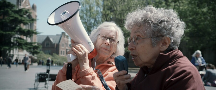 Ukuelige Shirley og Hinda, der insisterer på at få svar og skabe debat om, hvorvidt man kan forbruge sig ud af krisen. Foto: PR