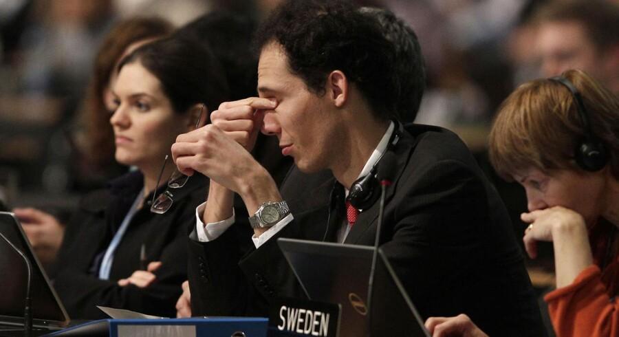 Trætheden var mærkbar blandt forhandlerne, da FN-klimakonferencen i Warszawa natten til lørdag gik langt over tid. Forhandlingerne fortsætter lørdag.