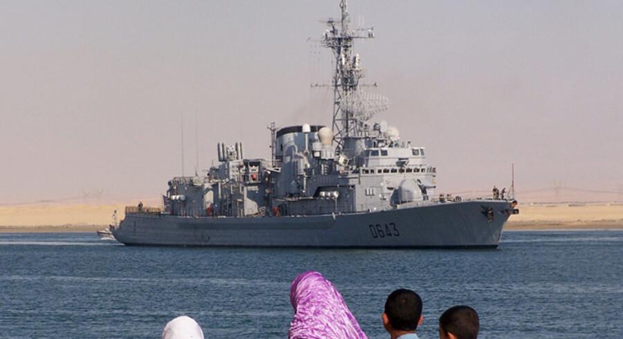 Fransk flådefartøj på vej gennem Suez-kanalen for at deltage i EUs operation mod det tiltagende pirateri ud for Somalias kyst.