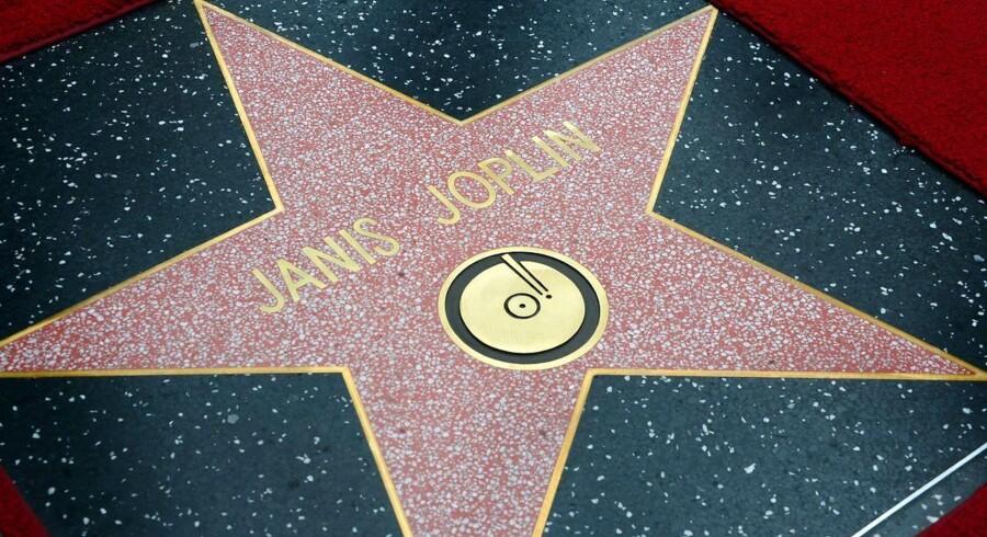 I går var det 43 år siden, at Janis Joplin blev fundet død af en overdosis på et hotelværelse, bare 27 år gammel. Til trods for, at hun har haft enorm indflydelse i musikbranchen og stadig har fans verden over, var det dog først i går - på årsdagen for hendes død - at hun blev hyldet med en af de eftertragtede stjerner på Hollywood Walk of Fame.