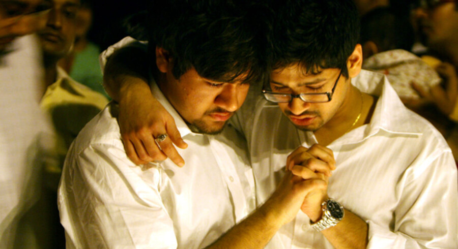 Karun og Nakul Agarwal sørger over tabet af deres forældre under angrebet på Hotel Oberoi.