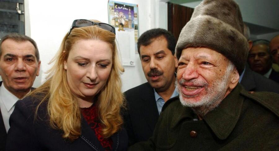 ARKIVFOTO. Den afdøde palæstinensiske leder Yasser Arafat (th) blev angiveligt forgiftet med det radioaktive stof polonium, konkluderer Yasser Arafats enke, Suha Arafat (tv), onsdag, efter at hun har modtaget resultatet af en retsgenetisk test foretaget på baggrund af prøver fra Arafats lig.