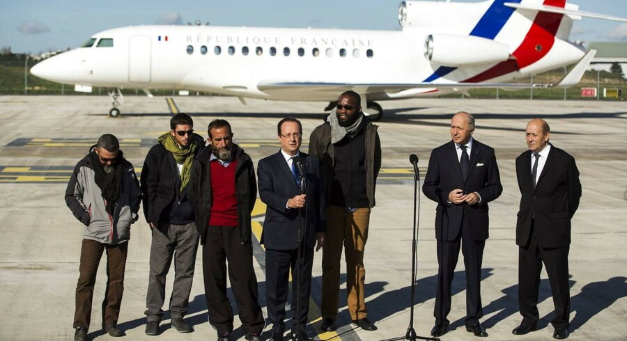 Den franske præsident, Francois Hollande (i midten), holder en velkomsttale til de fire franskmænd i Villacoublay militærlufthavn uden for Paris. De fire har været gidsler i tre år hos al-Qaeda i Nordafrika. Fra venstre er det Marc Feret, Pierre Legrand, Daniel Larribe og til højre for Hollande står Thierry Dol.