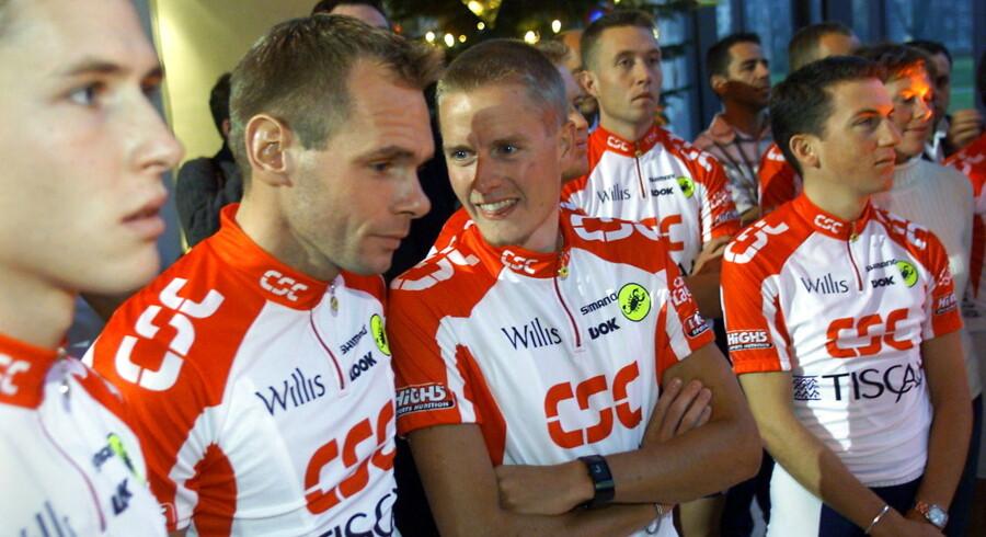 Michael Rasmussen (i midten) og Tyler Hamilton (th) under præsentation af Team CSC-Tiscali. I baggrunden Nicki Sørensen som også bliver beskyldt for at have taget doping af Michael Rasmussen.