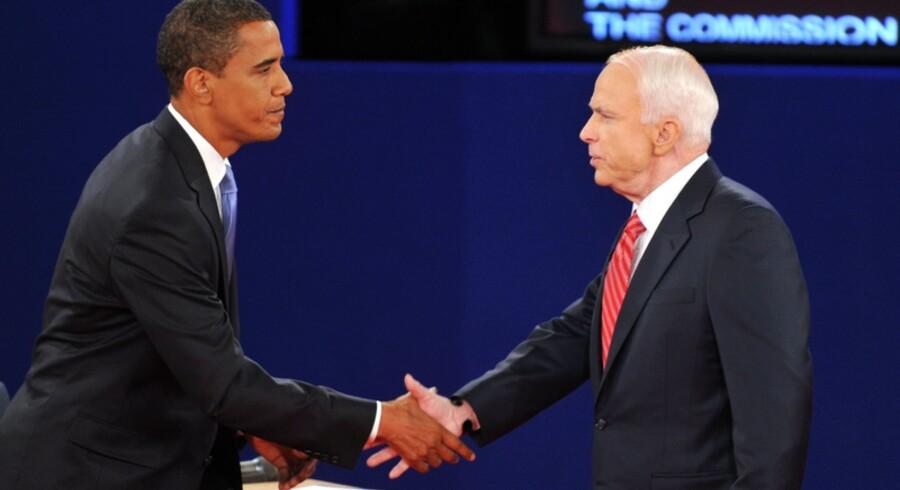 Demokraten Barack Obama og republikaneren John McCain hilser på hinanden efter den anden tv-debat mellem de to kandidater den 7. oktober 2008
