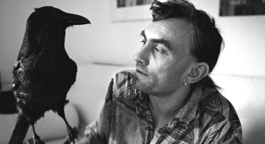 Natten til søndag døde multikunstneren, Rune T. Kidde. Han kunne skrive både forfatter, lyriker, tegner og historiefortæller på CV'et. I 1990'erne mistede han synet som følge af sukkersyge og måtte skifte tegningerne ud med ord for at kunne blive ved med at fortælle sin historie.
