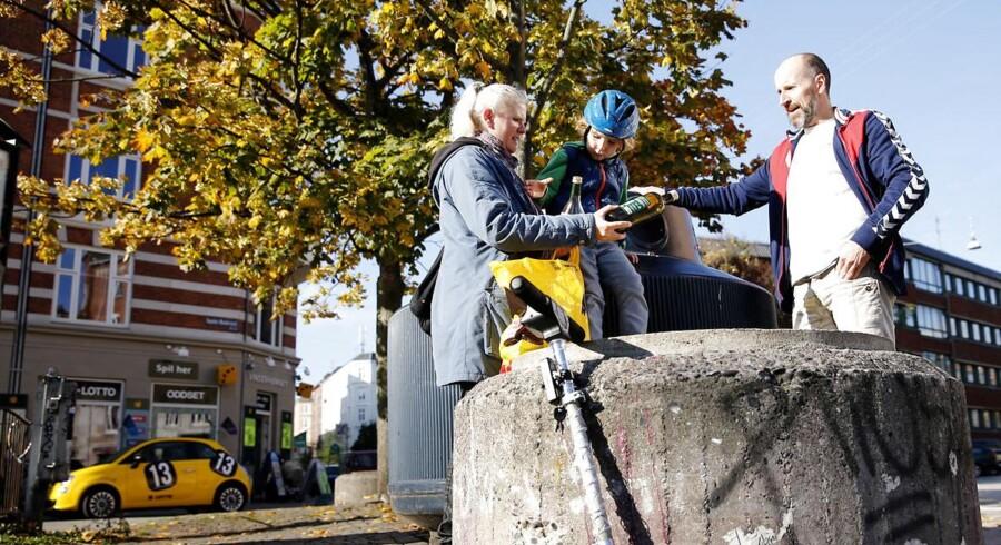 Efterår i København. Carl-Emil har fået lov at putte flaskerne i containeren på Sønder Boulevard.
