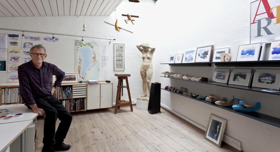 Ole Søndergaard har 'hverv i baghaven', som han siger. I et lille atelier har han sin tegnestue, hvor han fremtryller grafisk design, akvareller og meget andet. I hjørnet står den skulptur, der står hans hjerte nærmest. Den har hans far skabt, da han gik på Kunstakademiet, og han vandt endda en guldmedalje for den. Ole Søndergaard er vokset op med den, fordi den også stod i hans barndomshjem.
