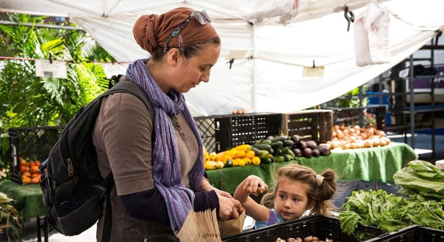 Mor og datter betaler med de såkaldate food stamps på et marked i New York.