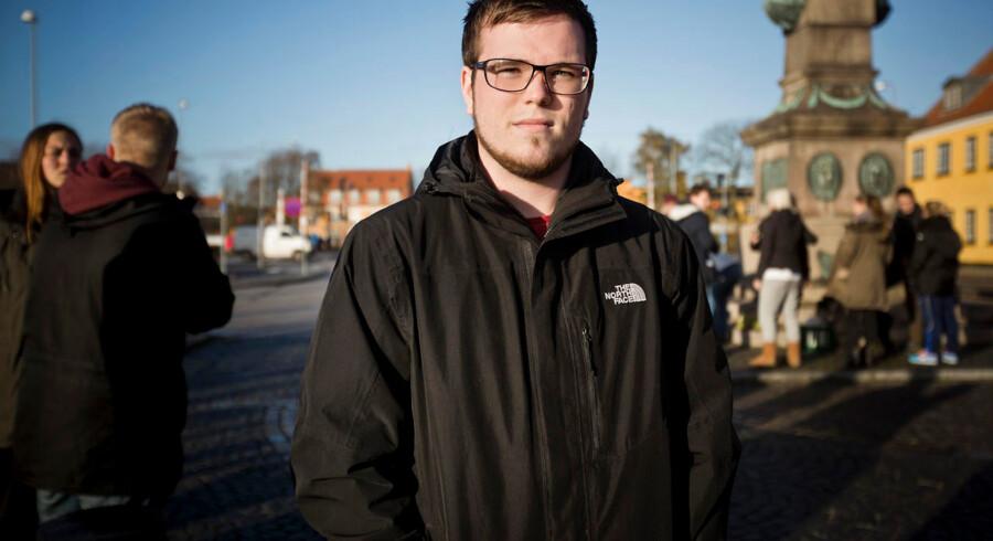Venner, bekendte og andre hjalp tirsdag med at lede efter den 18-årige Rasmus Hansen i og omkring Køge. Rasmus Mathiesen, som går i klasse med Rasmus Steen Hansen, står her klar ved Køge havn, inden han og andre frivillige går i gang med at lede.