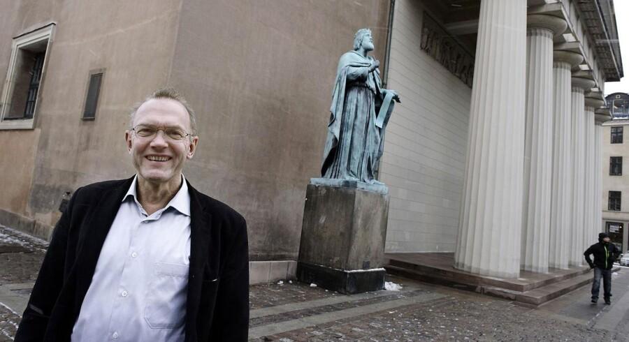 ARKIVFOTO. Domprovst Anders Gadegaard foran Vor Frue Kirke i København.