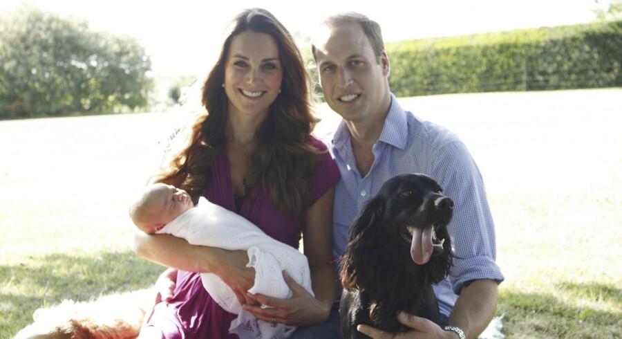 Hertugen og hertuginden af Cambridge valgte i august at offentliggøre dette billede af parret med prins George og hunden Lupo. Billedet er taget af Kates far, Michael Middleton, og nederst til venstre på billedet ses MIddleton-familiens hund, Tilly.