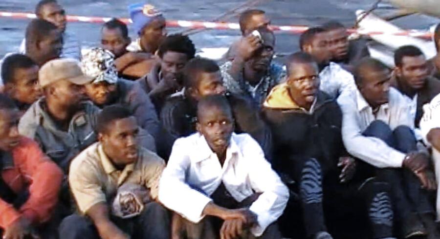 Videofoto fra den italinske flåde, som viser flygtninge på en redningsflåde.