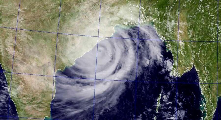 Et satellitfoto af Den Bengalske Bugt lørdag eftermiddag (dansk tid) viser Phailins fremstød.