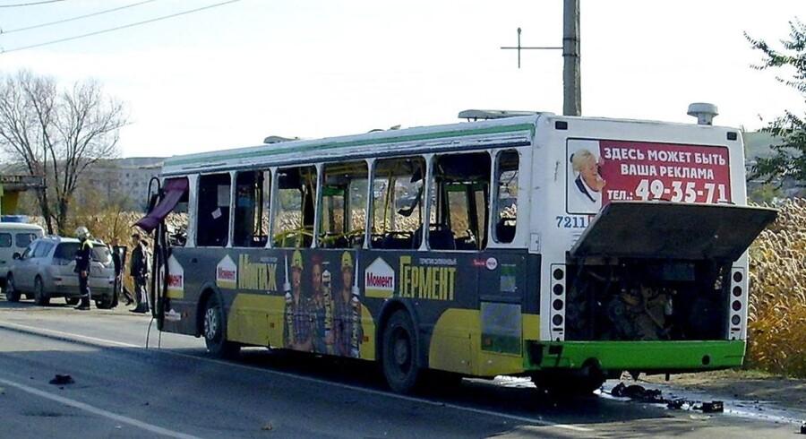 Her den udraderede bus efter selvmordsbombeangrebet.