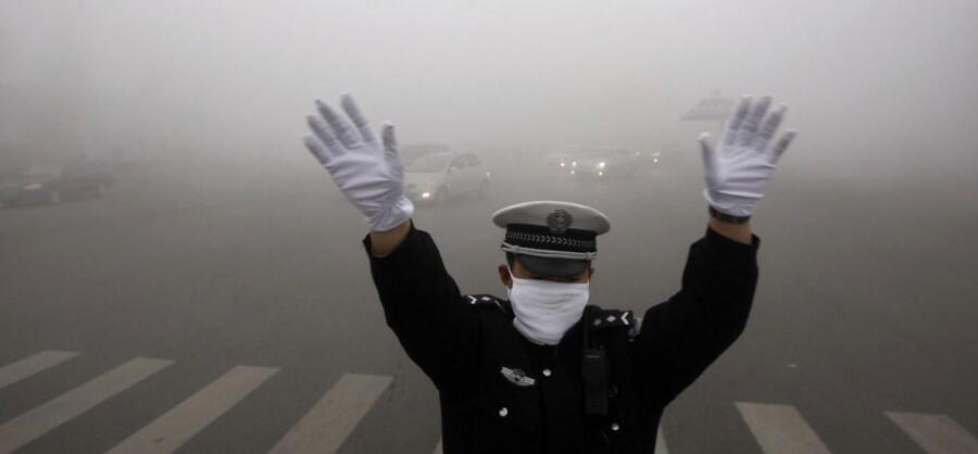 Skoler, lufthavnen og dele af den offentlige trafik i den kinesiske millionby Harbin blev mandag lukket, efter luftforureningen nåede 1000 målt på den såkaldte PM2,5-skala. Et niveau over 300 anses som farligt, mens WHO anbefaler et gennemsnitligt niveau på højst 20. Se billederne fra den stærkt forurenede by på de næste sider.