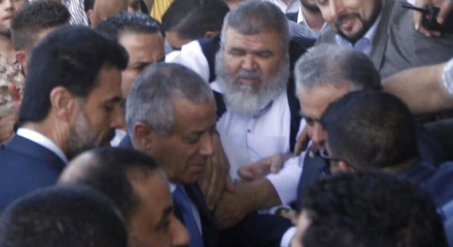 Libyens premierminister, Ali Zeidan, ankommer til sit hovedkvarter efter at have været tilbageholdt af revolutionære i flere timer.