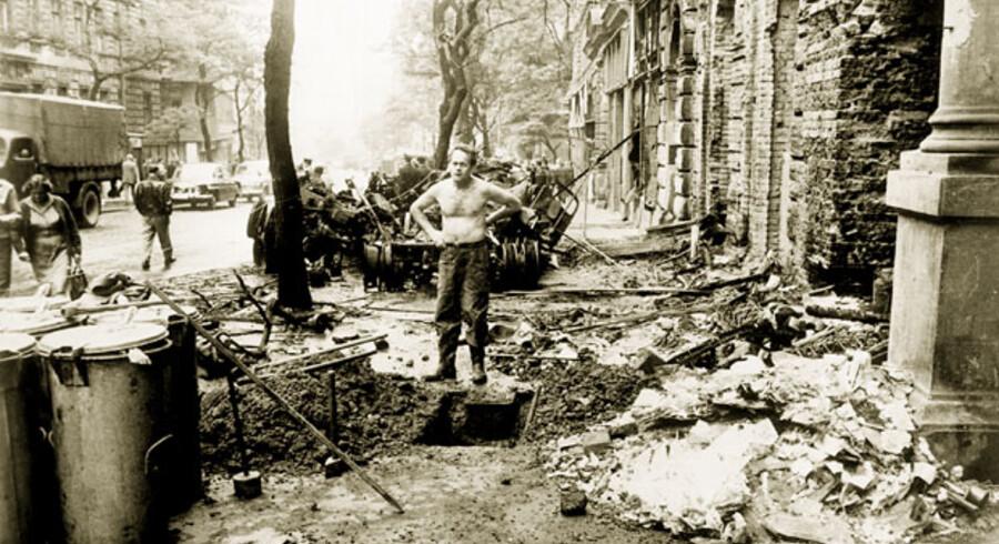 Prag 31. august 1968. En mand står midt i ødelæggelserne efter den sovjetisk ledede invasion.