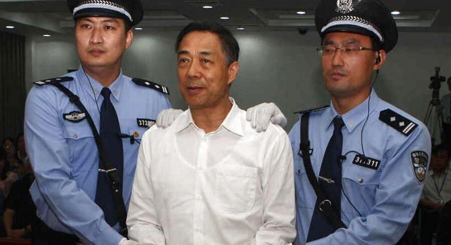 Tidligere toppolitiker i Kina, Bo Xilai, føres bort efter et retsmøde i Jinan, Kina Shandong-provins.