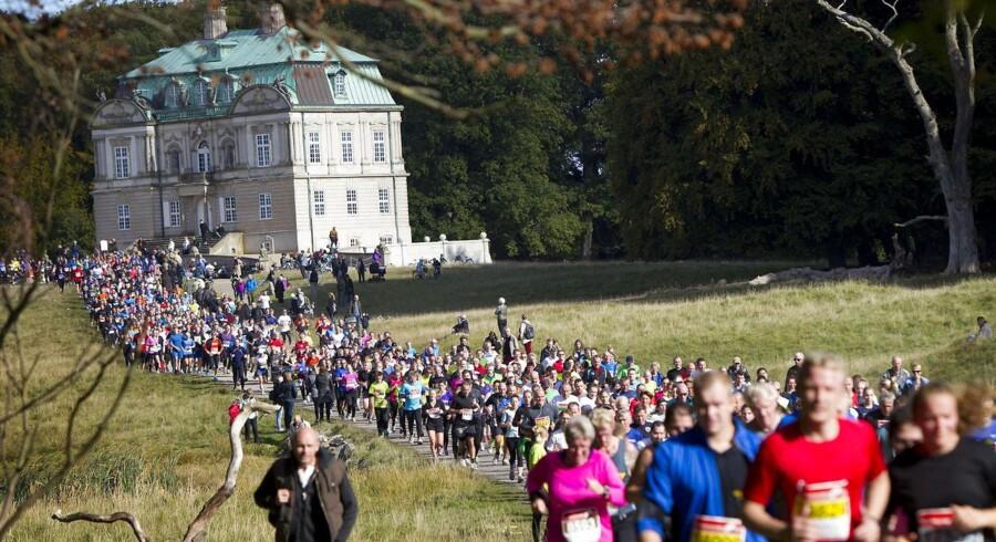 I dag kl. 11.00 blev det 45. Eremitageløb skudt i gang. De 19.000 løbere begav sig ud på Dyrehavens naturskønne rute, der startede ved Fortunen og bevægede sig i alt 13,3 kilometer gennem skoven, som viste sig fra sin skønneste efterårsfarvede side.  Klik videre og se billederne fra årets løb.