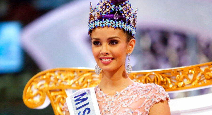 epa03887547 Newly crowned Miss World 2013, Megan Young (C) of Philippines poses on stage during the grand finale of the Miss World 2013 beauty pageant held at Bali Nusa Dua in Bali, Indonesia, 28 September 2013. EPA/MADE NAGI
