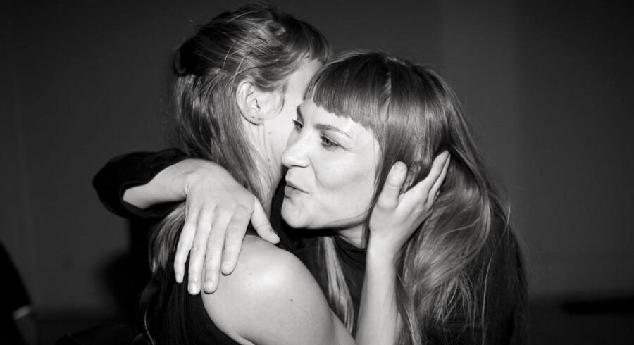 Vinderen Dansk magazines designpris, talent 2013, Anne Sofie Madsen får kram af sin veninde, der har lavet alle smykker til hendes show.