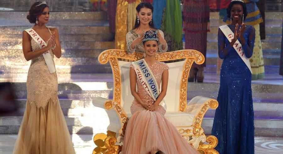 I dag blev årets Miss World kåret på Bali i Indonesien. Vinderen blev den smukke 23-årige Yu Wenxia fra Filippinerne. På billedet ses hun smilende mens sidste års vinder sætter kronen på hendes hoved. På andenpladsen kom Frankrigs Marine Lorphelin som ses til venstre på billedet og på tredjepladsen Ghanas Naa Okailey. På grund af protester fra muslimer i Indonesien, måtte arrangørerne flytte arrangementet fra Sentul lidt udenfor den indonesiske hovedstand, Jakarta, til Bali, hvor hovedreligionen er hinduisme.