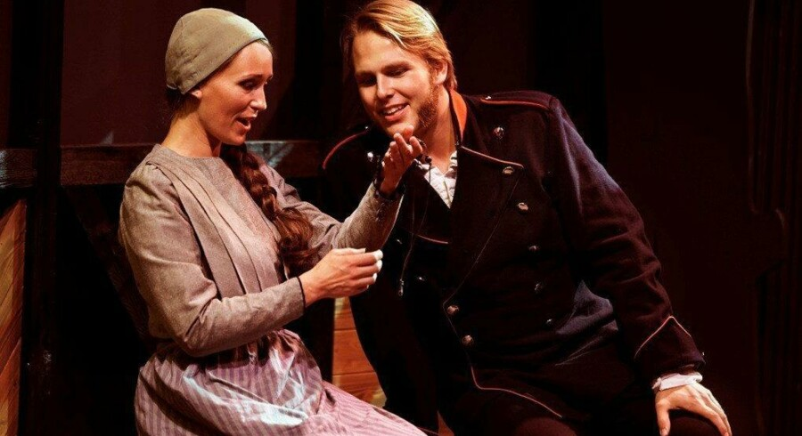 Anne Louise Abegg Gomard og Christian Lund som det kønne, hårdtprøvede par i midten i Fredericia Teaters musicalsatsning »Esaura«. Foto: Søren Malmose