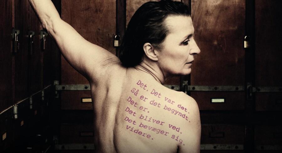 Karen-Lise Mynster er på scenen med hele sin stærke kvindelighed, der står flot til Inger Christensens lyrik om livets inderste kerne.