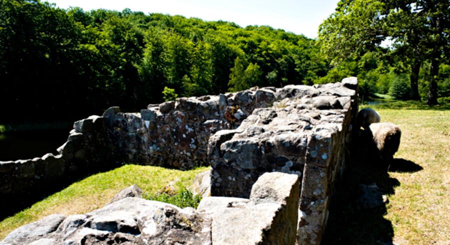 Lilleborg blev brændt ned i 1259 og har siden ligget som en malerisk ruin. Nu er ringmuren ved at blive restaureret.