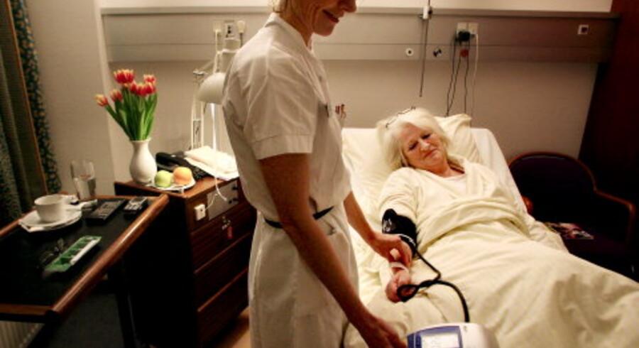 Privathospitalet Hamlet på Frederiksberg er et af alternativerne til det offentlige sygehusvæsen. Her behandles både egenbetalende patienter, og folk henvist fra det offentlige. På billedet er det Jane Kunz, der får taget blodtryk af sygeplejerske Lisbeth Høyby. <br>Foto: Ditte Valente