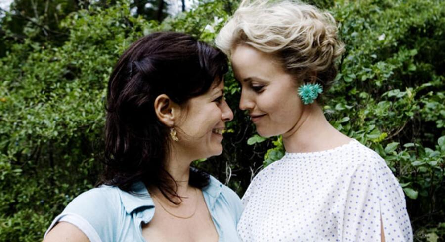 To af skuespillerne i DR-serien »Sommer«, Marie Louise Wille og Camilla Bendix, i færd med mundaflæsning. Af og til er seerne nødt til at gøre det samme, når danske TV-serier går mumlende over skærmen.